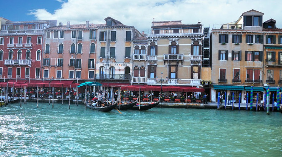 800px-Grand_Canal_-_Rialto_-_Venice_Italy_Venezia_-_Creative_Commons_by_gnuckx_(4969446627)
