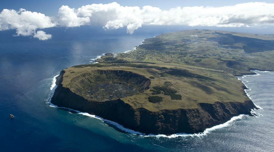 Easter-Island.-Islets-crater-of-a-volcano.-Wilderness-vacations-mgt6bo7cvty0uzr9o3jdudf3mr5dv9ck34hkfoqd8o